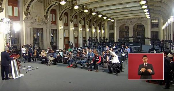 AMLO Y SU COMPAÑÍA DE ESQUIROLES CON DISFRAZ DE PERIODISTAS